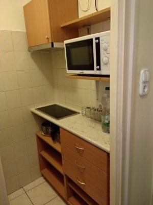 A főzőfülkében a konyhának oldalanként mindössze 120 cm hely volt.