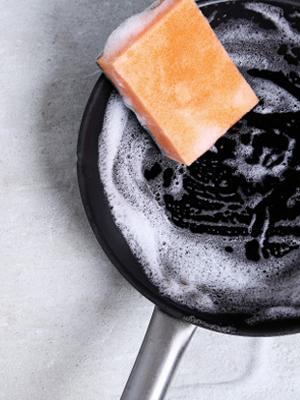 • A kávézacc szemcséi alkalmasak súrolásra, zsíros foltok eltüntetésére, lefolyó-tisztításra és a konyhapult tisztítására.