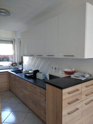 Ez a modern konyha tálalószekrénnyel egy családi házba készült.