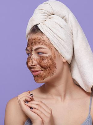 Ha a kávézaccot belekeverhetjük kozmetikumokba kihasználhatjuk szemcsés tulajdonságát a házi szépségápolás során.