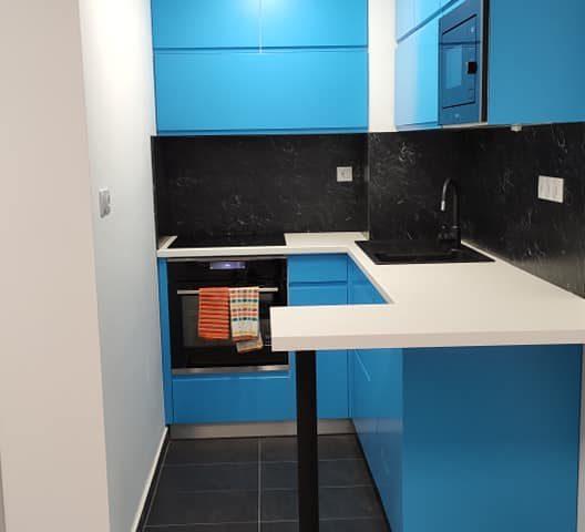 kék konyha egy legénylakásban