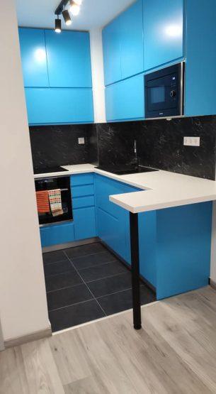 kis lakás kék konyha