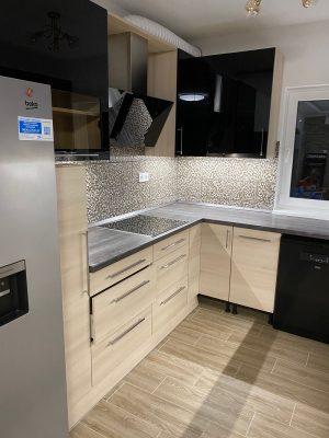 Ez a passzívházba készült konyha igazán modern és fiatalos lett merész színválasztásnak és a sok fióknak köszönhetően.