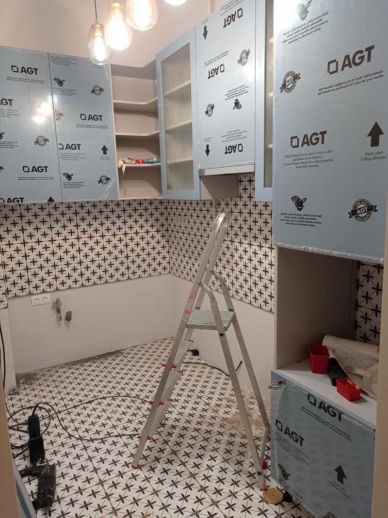 Ha a felső szekrények a helyükön vnnak jöhetnek az alsó szekrények is.