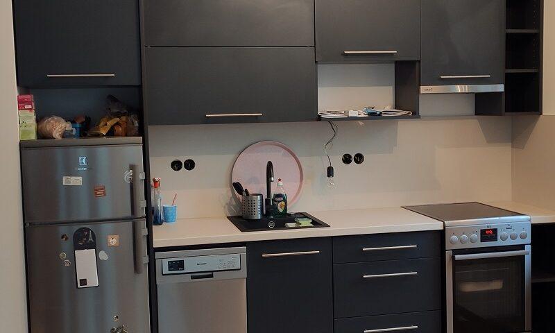 Ez a szürke konyhabútor egy kisgyermekes család számára készült.