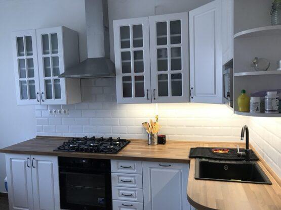 fehér konyha klasszikus stílusban