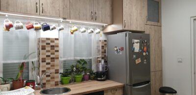 A konyhafelújítás során cserélve lettek az ablakok és új csempe került a falra.