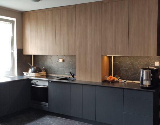 Ez az antracit szürke konyha egy amerikai konyhás szobába készült.