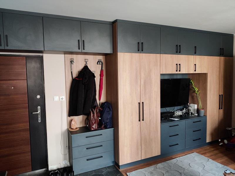 Ez a beépített szekrénysor egy amerikai konyhás nappaliba készült.