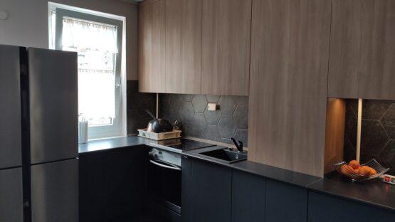 Az antracit szürke konyha különlegessége, hogy középen egy strang osztja meg.
