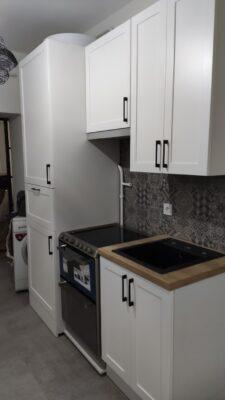 Mart ajtós fehér konyha modern mégis klasszikus.