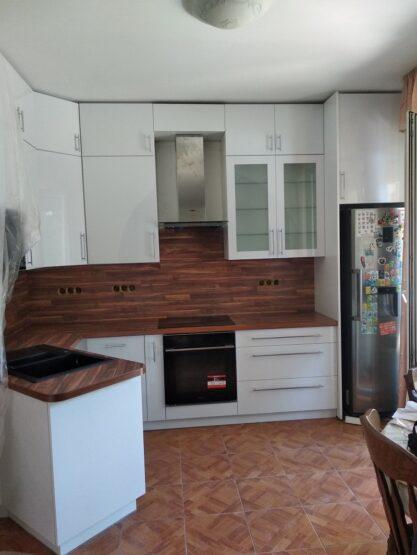 Ez az egyedi konyhabútor egy különleges, szögben álló félszigettel készült.