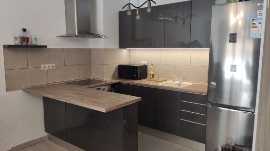 A képen látható magasfényű szürke konyha egy fiatalember részére készült.