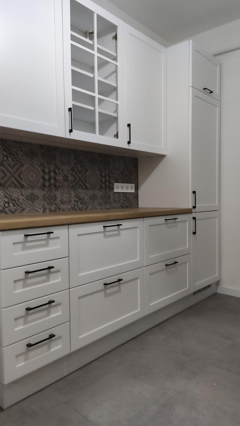 Ez a mart ajtós fehér konyha több különlegességet is rejt.