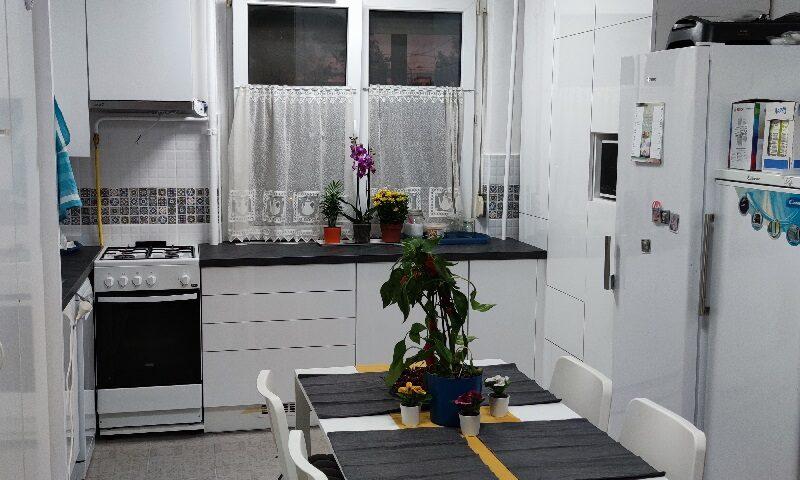 A képen látható fehér panelkonyha minimalista stílusban készült.