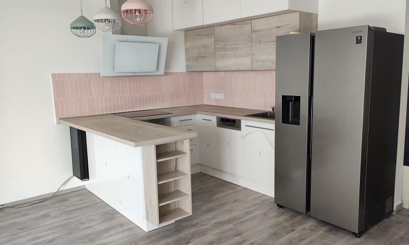 Ez az U-alakú konyhabútor modern és igazán letisztult lett. A minimalista stílust kiegészíti, hogy a felsőszekrényeken nincsenek fogantyúk.