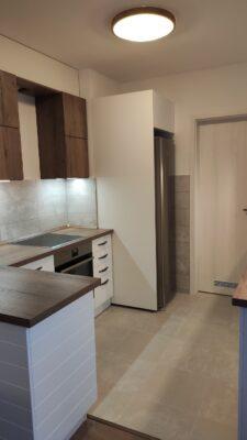 Fehér és barna konybútor egyedileg tervezve.