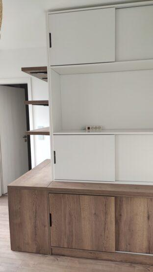 A térbe beugró falat körbeépítő bútor komód része a ruhák tárolására alkalmas.